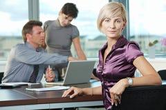 Geschäftsfrau mit Team lizenzfreie stockfotos
