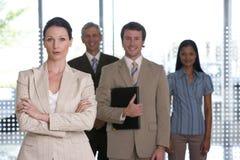 Geschäftsfrau mit Team Lizenzfreie Stockfotografie