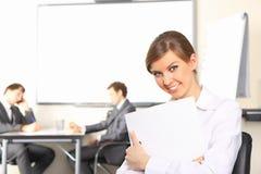 Geschäftsfrau mit Team verbindet das Behandeln im b Stockfotografie