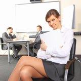 Geschäftsfrau mit Teamgehilfen Stockfotografie