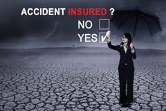 Geschäftsfrau mit Text von Unfallversicherten Stockbilder