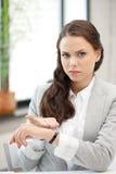 Geschäftsfrau mit Uhr Lizenzfreies Stockbild