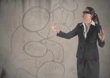 Geschäftsfrau mit verbundenen Augen mit Schmutzüberlagerung gegen braunen Hintergrund mit Konzeptgekritzel Lizenzfreie Stockfotografie