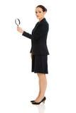Geschäftsfrau mit Vergrößerungsglasglas Stockfotos