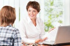Geschäftsfrau mit Vertrag Lizenzfreie Stockbilder