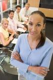 Geschäftsfrau mit vier Wirtschaftlern Lizenzfreie Stockfotos