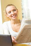 Geschäftsfrau mit Zeitung Lizenzfreies Stockfoto