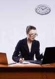 Geschäftsfrau mit zwei Laptopen Stockfotos
