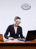 Geschäftsfrau mit zwei Laptopen Lizenzfreies Stockbild