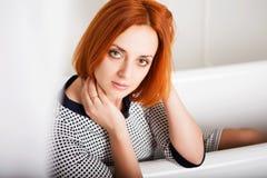 Geschäftsfrau nach einer Arbeit des harter Tages stockfotografie