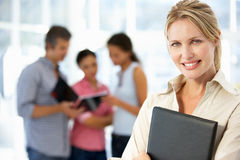 Geschäftsfrau nach innen im Büro Lizenzfreies Stockfoto