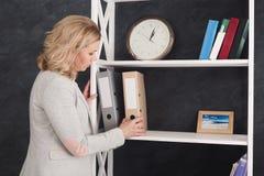Geschäftsfrau nehmen einen Ordner mit Dokumenten Stockfotografie