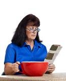 Geschäftsfrau With Newspaper And, das großen Kaffee trinkt Stockbilder