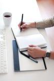 Geschäftsfrau nimmt Kenntnisse Lizenzfreie Stockfotos
