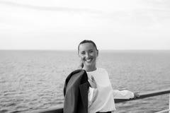 Geschäftsfrau oder glückliches nettes Mädchen am Schiff Lizenzfreie Stockfotos