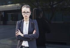 Geschäftsfrau oder Lehrer, die Kamera betrachten Stockbild