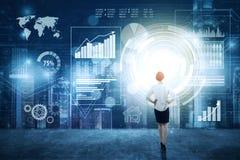 Geschäftsfrau passt virtuelles Finanzdiagramm auf Stockbilder