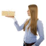 Geschäftsfrau passt Weihnachtsgeschenk auf Stockbilder
