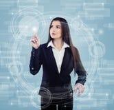 Geschäftsfrau Pushing Icon auf Medien-Schirm-virtueller Anzeige neu Stockfotos