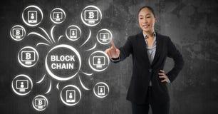Geschäftsfrau rührende blockchain Grafikikone Lizenzfreie Stockfotos