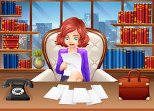 Geschäftsfrau-Reading Documents At-Schreibtisch Stockfotos