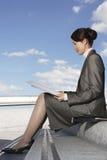 Geschäftsfrau Reading Newspaper Outdoors Lizenzfreies Stockbild