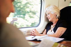 Geschäftsfrau-Relaxing On Train-Reise Lizenzfreie Stockfotografie