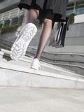Geschäftsfrau In Running Shoes, das herauf Schritte geht Lizenzfreies Stockfoto