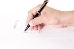 Geschäftsfrau ` s Hand mit dem Stift, der persönliche Information über eine Form abschließt lizenzfreies stockbild