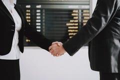 Geschäftsfrau Saying Goodbye zum Geschäftsmann stockfotografie