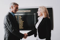 Geschäftsfrau Saying Goodbye zum Geschäftsmann lizenzfreie stockfotos