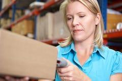 Geschäftsfrau-Scannen-Paket im Lager Lizenzfreies Stockbild