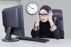 Geschäftsfrau schaut frustriert stockbild