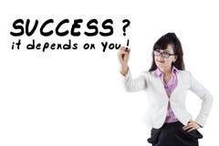 Geschäftsfrau schreibt einen Rat zum Erfolg Stockbild