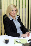 Geschäftsfrau am Schreibtisch stockbild