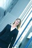 Geschäftsfrau in schwarze Klage-winkliger blauer Tönung Lizenzfreies Stockfoto