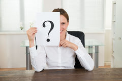 Geschäftsfrau Showing Question Mark On Paper Lizenzfreies Stockfoto