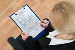 Geschäftsfrau Signing Contract Paper Stockfotos