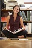 Geschäftsfrau-Sitting On Office-Boden-Lesedokumente lizenzfreies stockbild