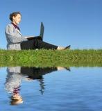 Geschäftsfrau sitzen mit Notizbuch lizenzfreies stockbild