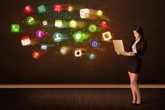 Geschäftsfrau sitzend im Bürostuhl mit Laptop und bunt Stockfotografie