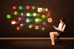 Geschäftsfrau sitzend im Bürostuhl mit Tablette und bunt Stockbild