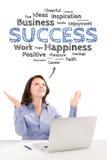 Geschäftsfrau sitzt vor einem Laptop unter Erfolg emo Lizenzfreies Stockbild
