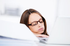 Geschäftsfrau Sleeping At Desk Stockbilder