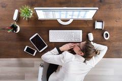 Geschäftsfrau Sleeping At Desk stockfotos