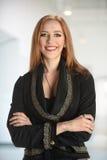 Geschäftsfrau Smiling Indoors Lizenzfreies Stockfoto