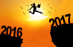 Geschäftsfrau springen zwischen 2016 und 2017 Stockbild