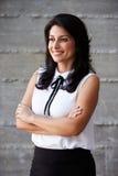 Geschäftsfrau Standing Against Wall im modernen Büro Stockfotografie