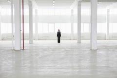 Geschäftsfrau-Standing In Empty-Lager Stockfotos
