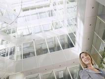 Geschäftsfrau-Standing In Office-Atrium Lizenzfreie Stockfotos